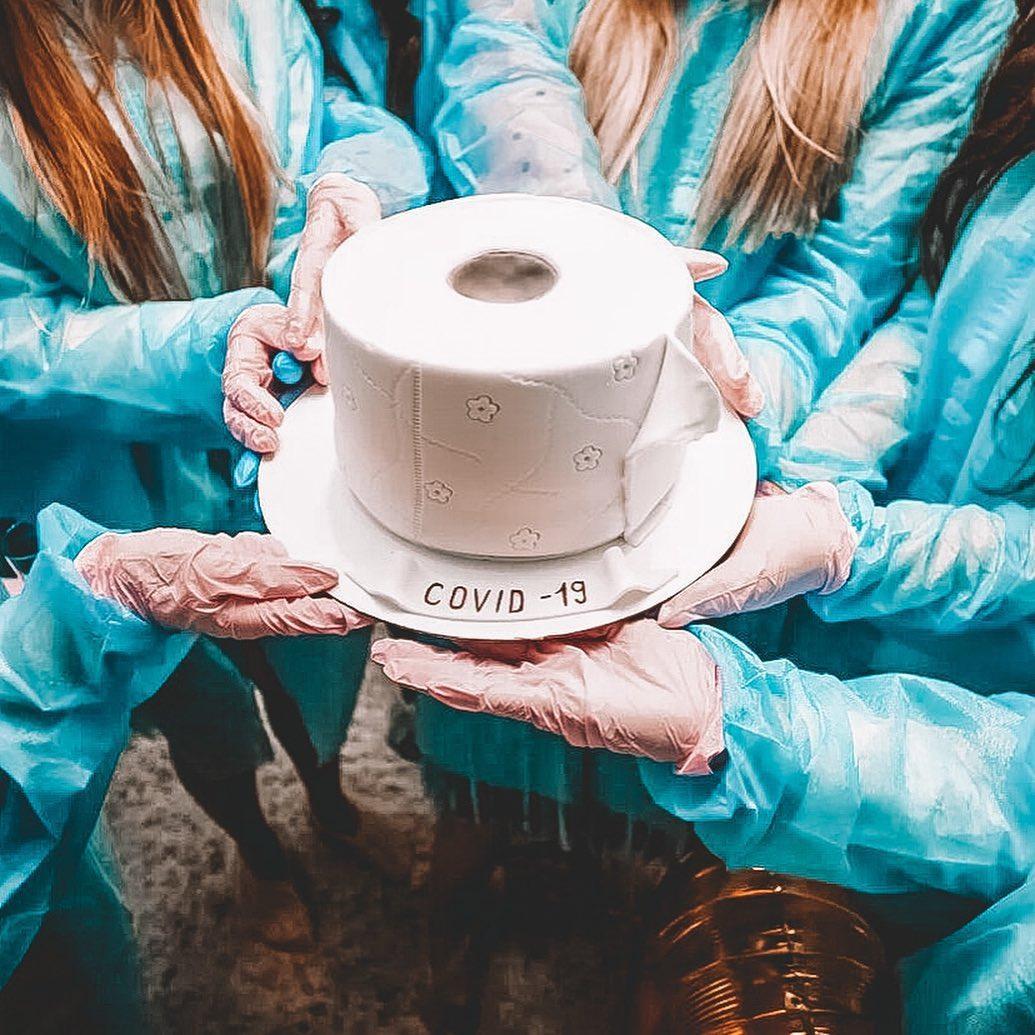 Торт у вигляді туалетного паперу / фото з соцмереж