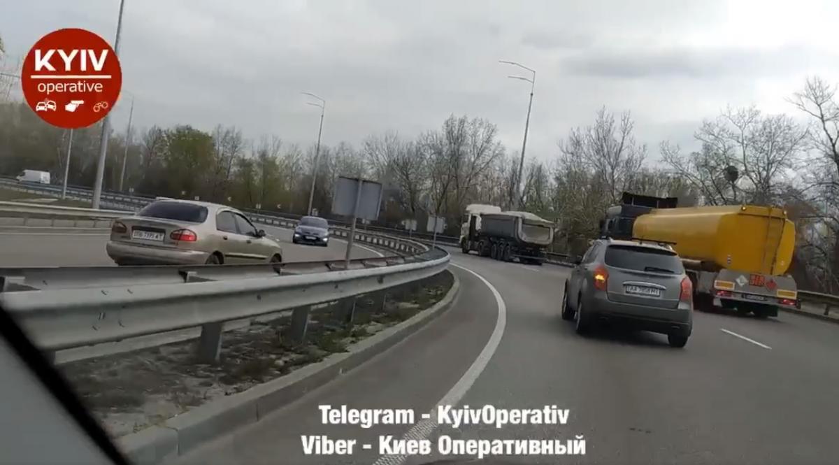 НеадекватноеповедениеводителяDaewoo с госномером ВВ7395АТ / скриншот facebook.com/KyivOperativ