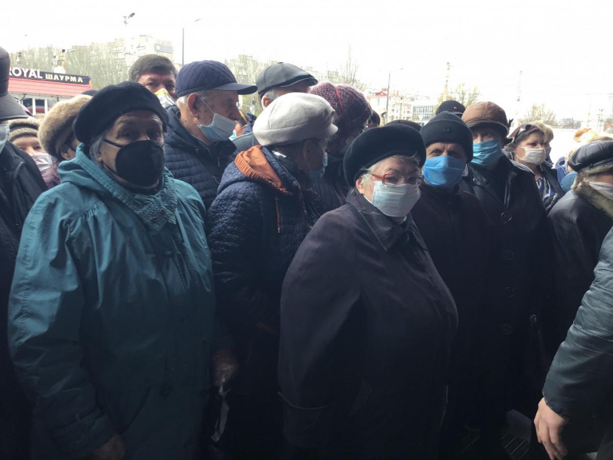 В очереди собрались в основном пожилие люди / фото: 0629