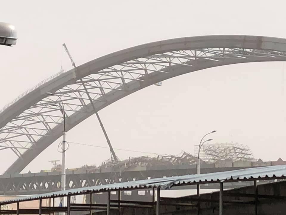Недостроенный киевский мост пострадал от ветра/ Facebook