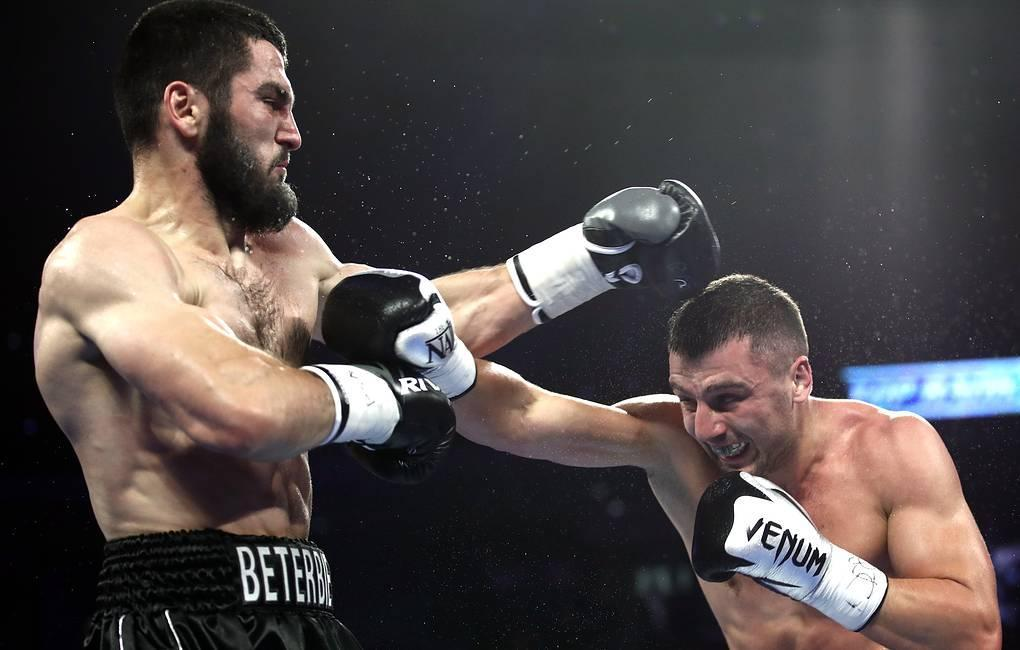 Артур Бетербиев победил Александра Гвоздика техническим нокаутом / фото: boxingscene.com
