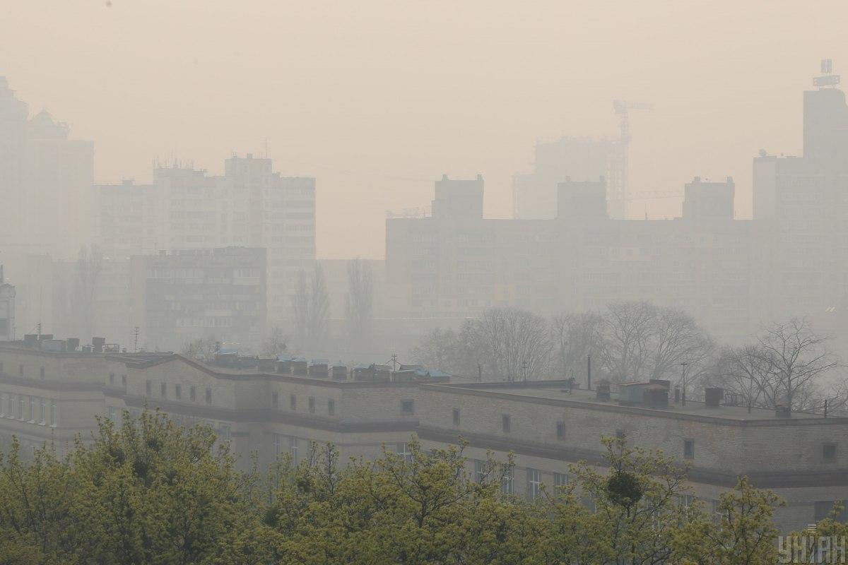Київ з населенням понад 4 мільйони осіб та високим рівнем автомобілізації нерідко виходить у лідери міжнародних рейтингів із забруднення повітря / фото УНІАН