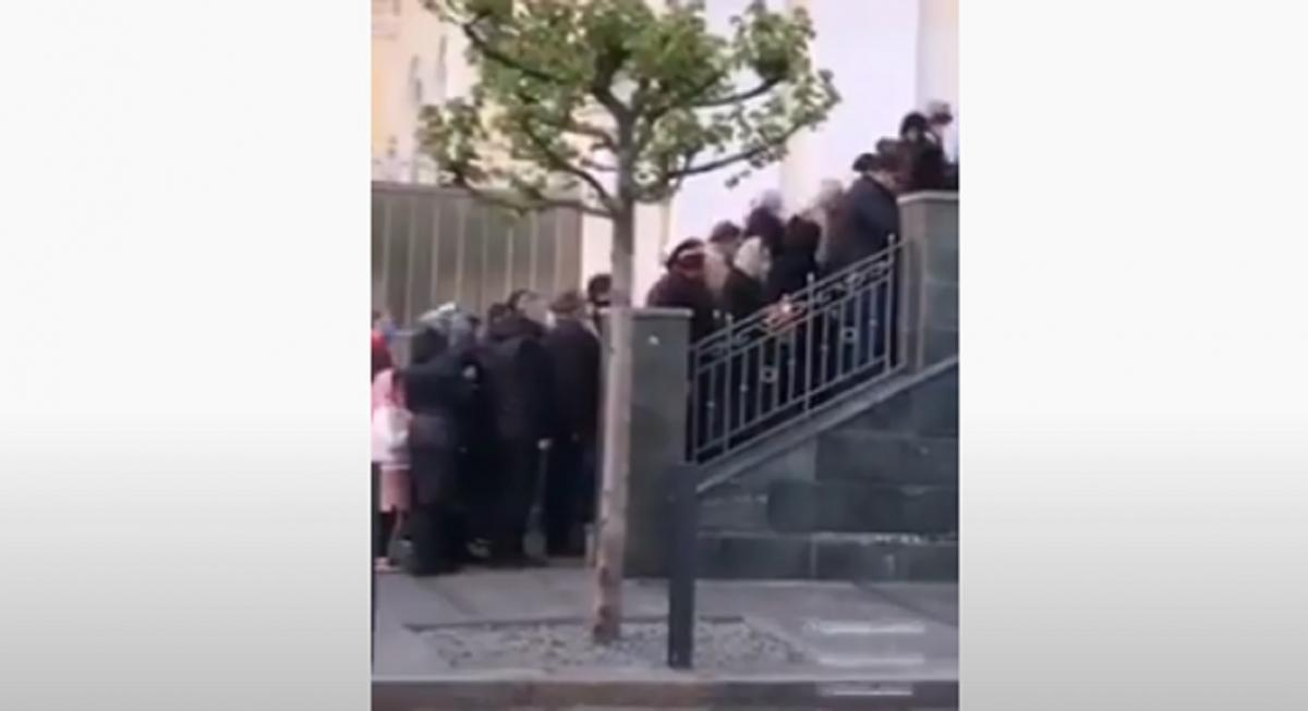 Околосотни горожан выстроились в пятницу возле храма МП в Днепре / Скриншот