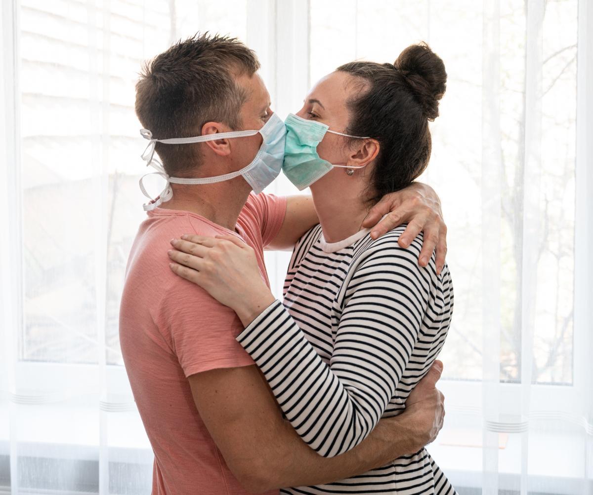 Исследователи из Гарварда посоветовали людям обрабатывать антисептиком место, в котором они собираются заняться сексом / фото ua.depositphotos.com