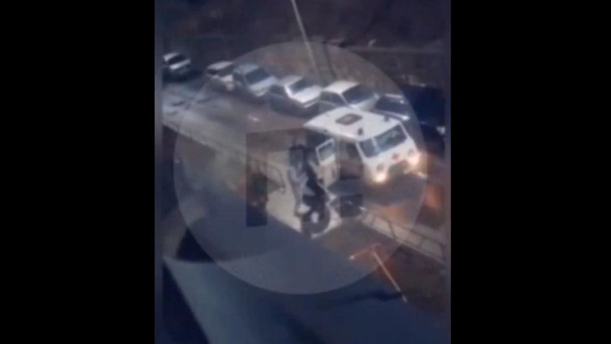 Неизвестные беспричинно избили врача и водителя бригады/ скриншот из видео