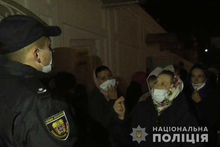 Прихожане зашли на богослужение в Почаевскую лавру / фото tp.npu.gov.ua