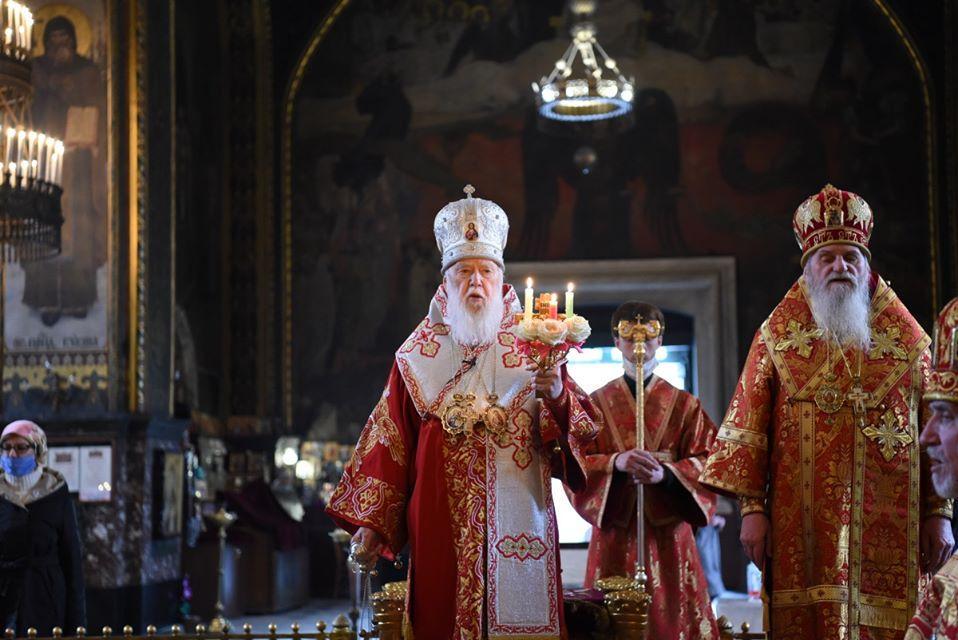 Филарет и другие священники правили ночную службу на Пасху без масок и перчаток / Facebook Патриарх Филарет