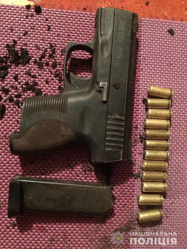На месте изъяли пистолет с гильзами / Фото: Нацполиция
