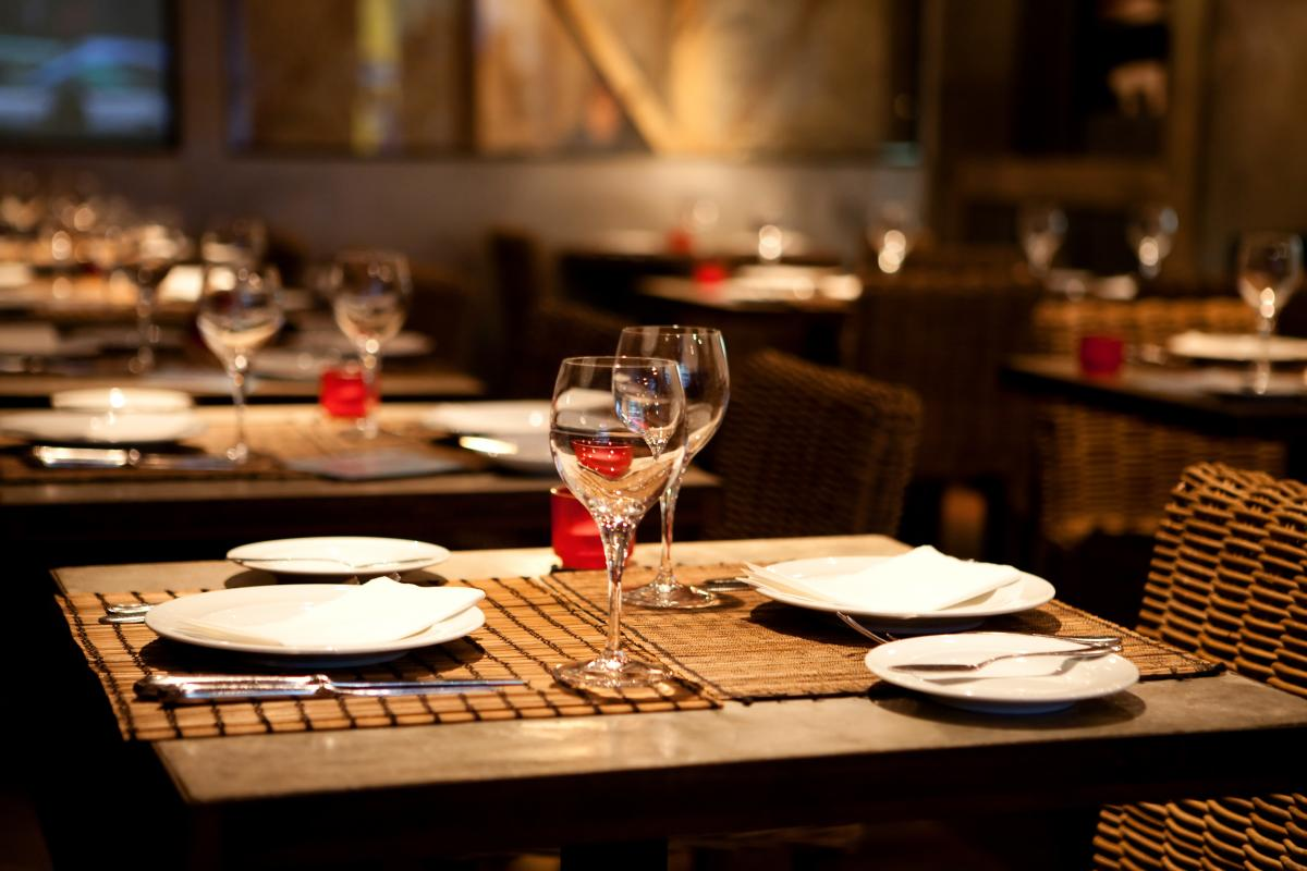 Посещение летних площадок в ресторанах можно сделать безопасным, если принять соответствующие меры / ua.depositphotos.com