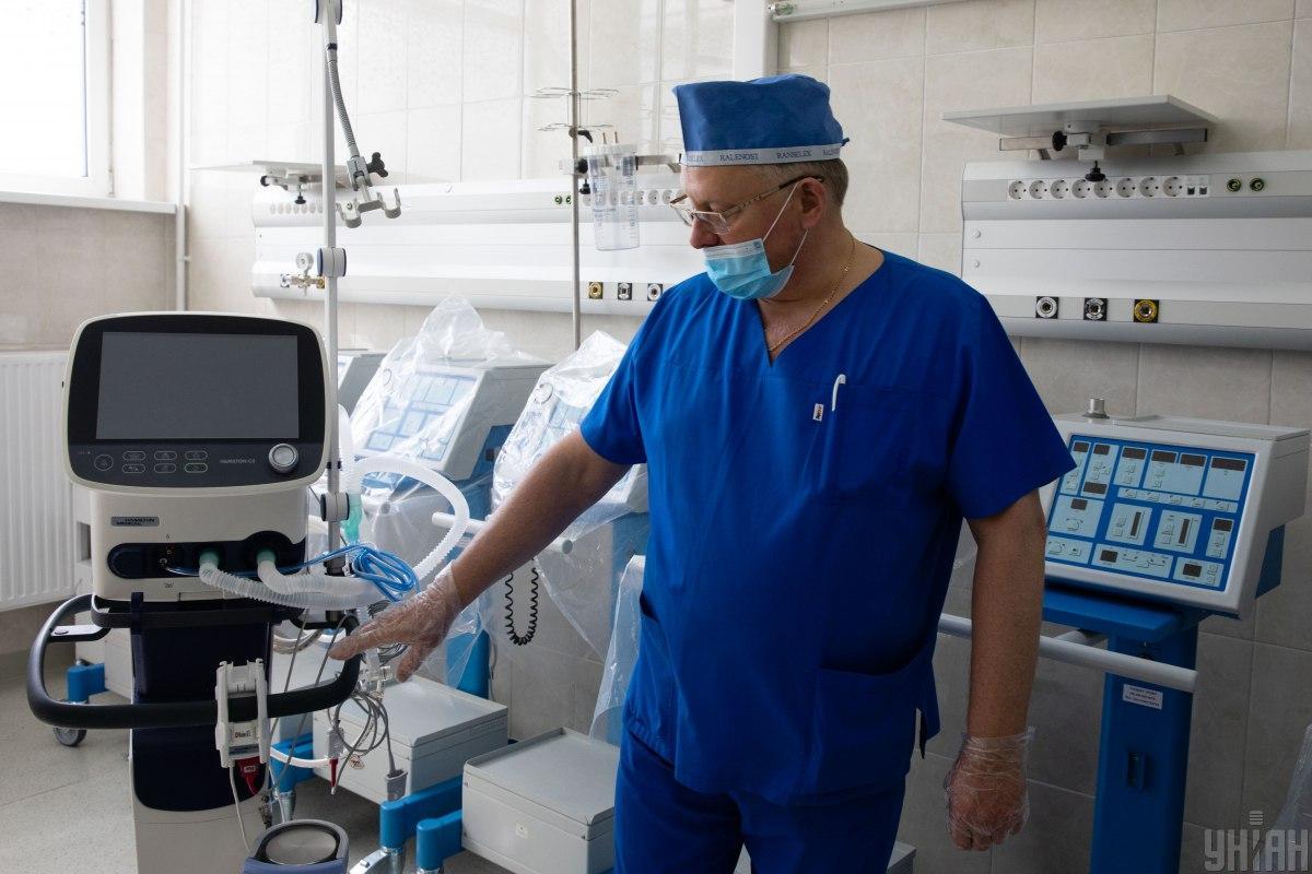 До апарату штучної вентиляції легенів підключають тяжкохворих пацієнтів / фото УНІАН