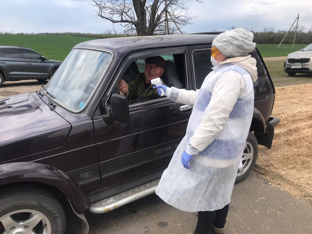 Людям измеряют температуру / фото Николаевской ОГА