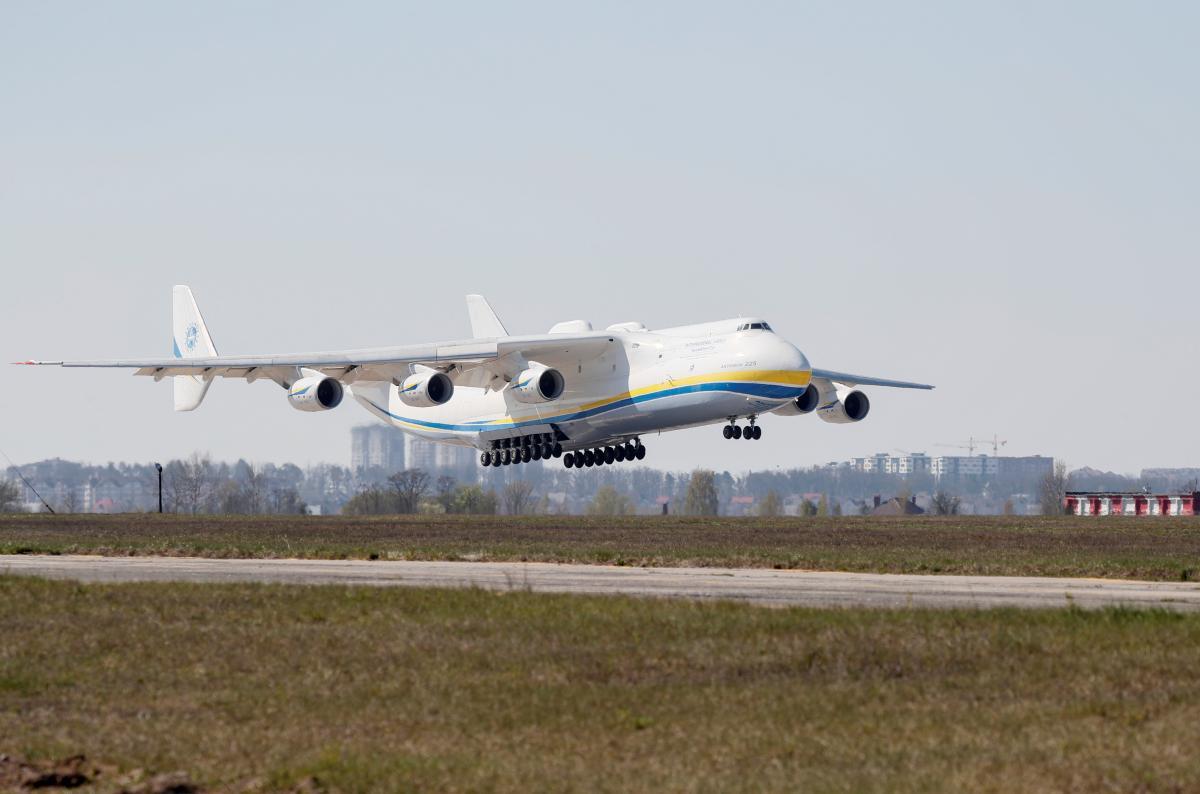 Ан-225 здув паркан з людьми в Британії / REUTERS