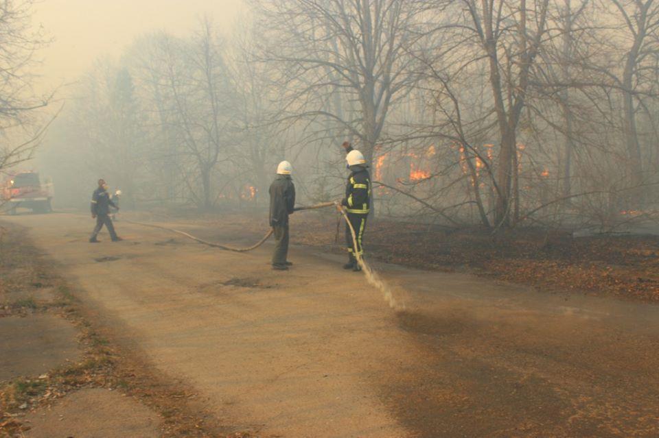 Из-за неукротимого огня мужчине с женой пришлось эвакуироваться в Фастов / фото Дмитрий Герасименко, Facebook