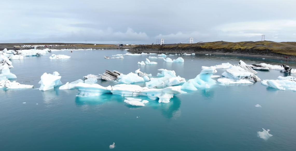Вода с ледника стекает в лагуну вместе с глыбами / 1+1