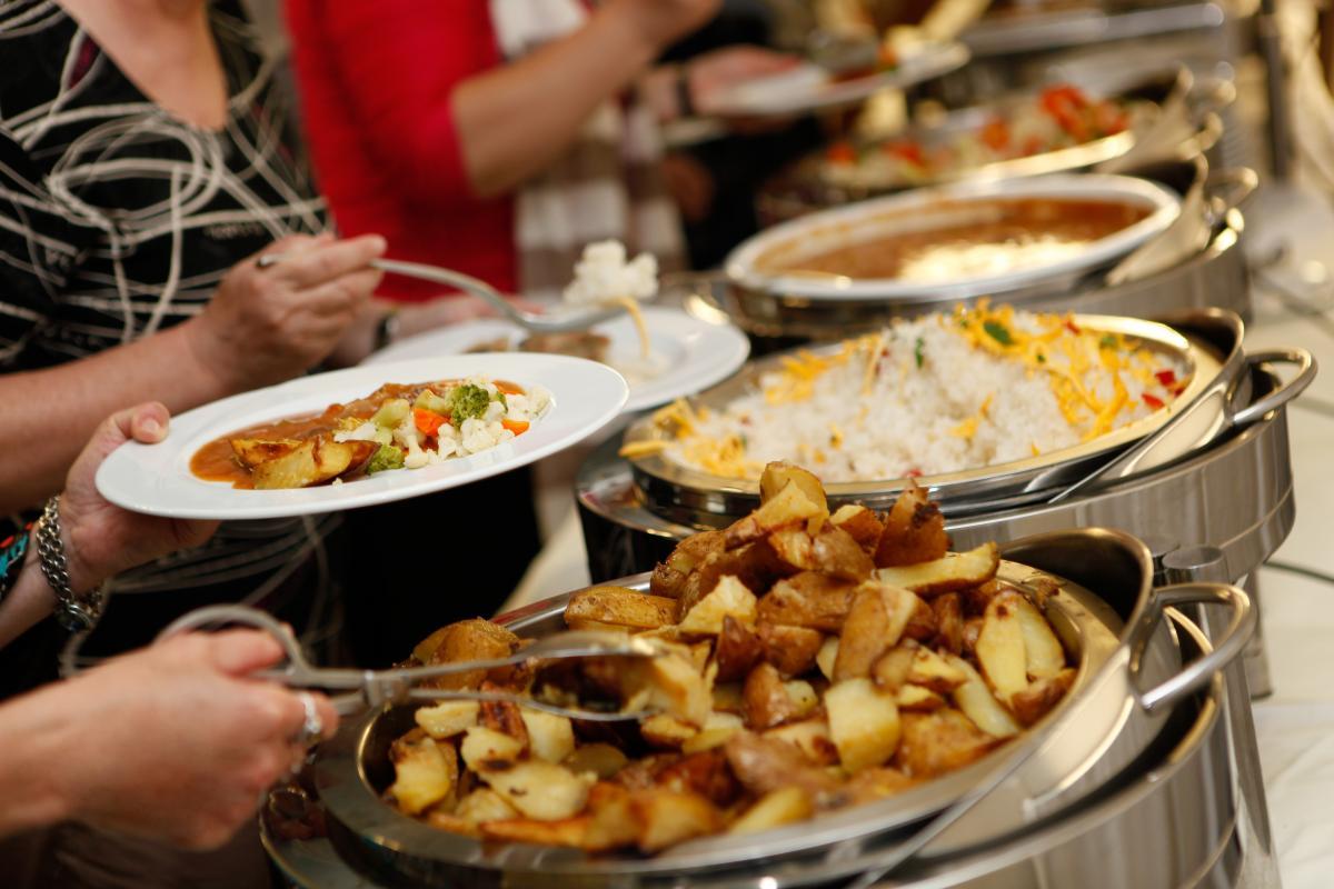 """В дубайские кафе и ресторанывозвращаются """"шведские столы"""" \ фото ua.depositphotos.com"""