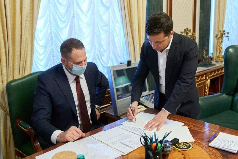 Zelensky (right) is signing the farmland bill into law / Photo from president.gov.ua