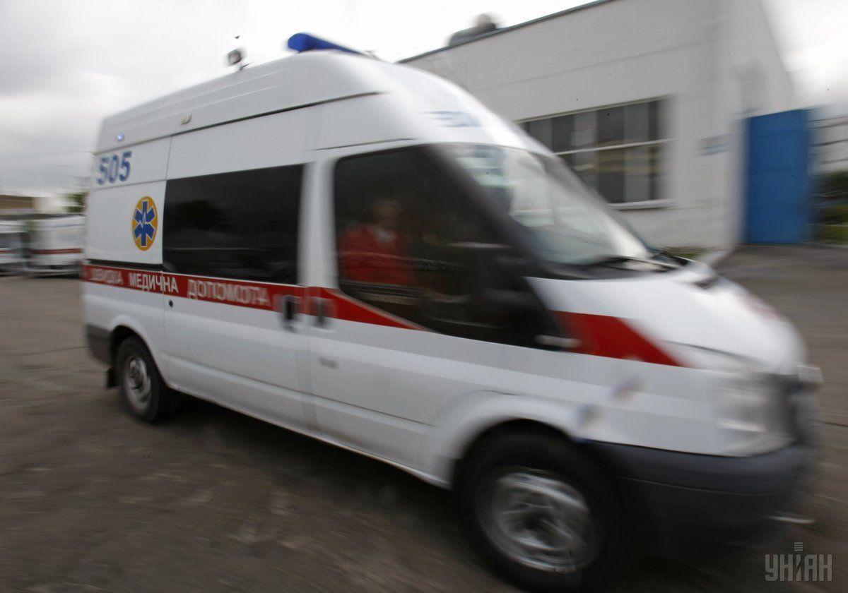 Мужчина выскочил во время движения «скорой», пытаясь убежать / фото УНИАН