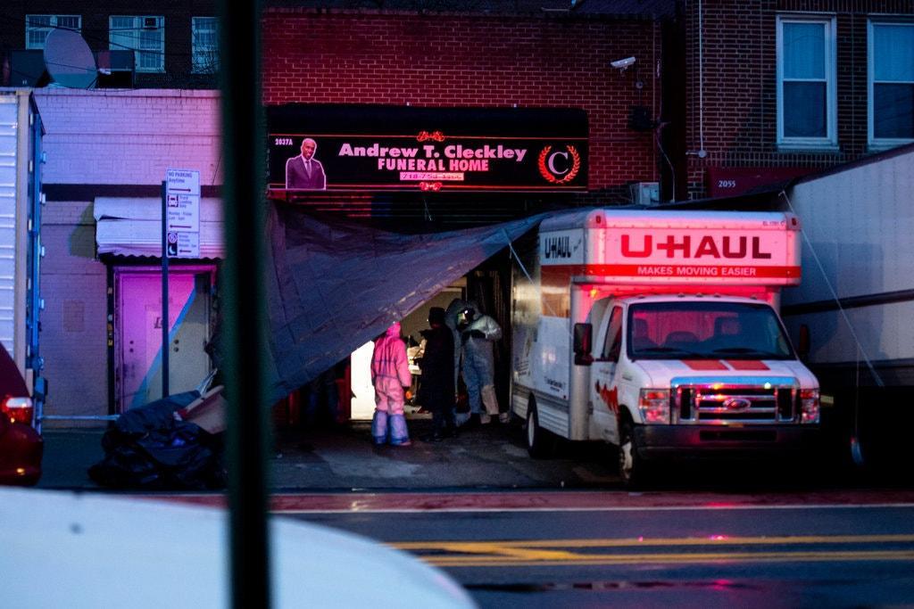 Грузовики с трупами стояли около похоронного бюро / Фото: Jonah Markowitz for The New York Times