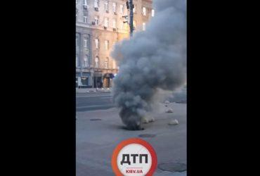 Під спорожнілим Майданом почалася пожежа, з-під землі валить густий дим (відео)