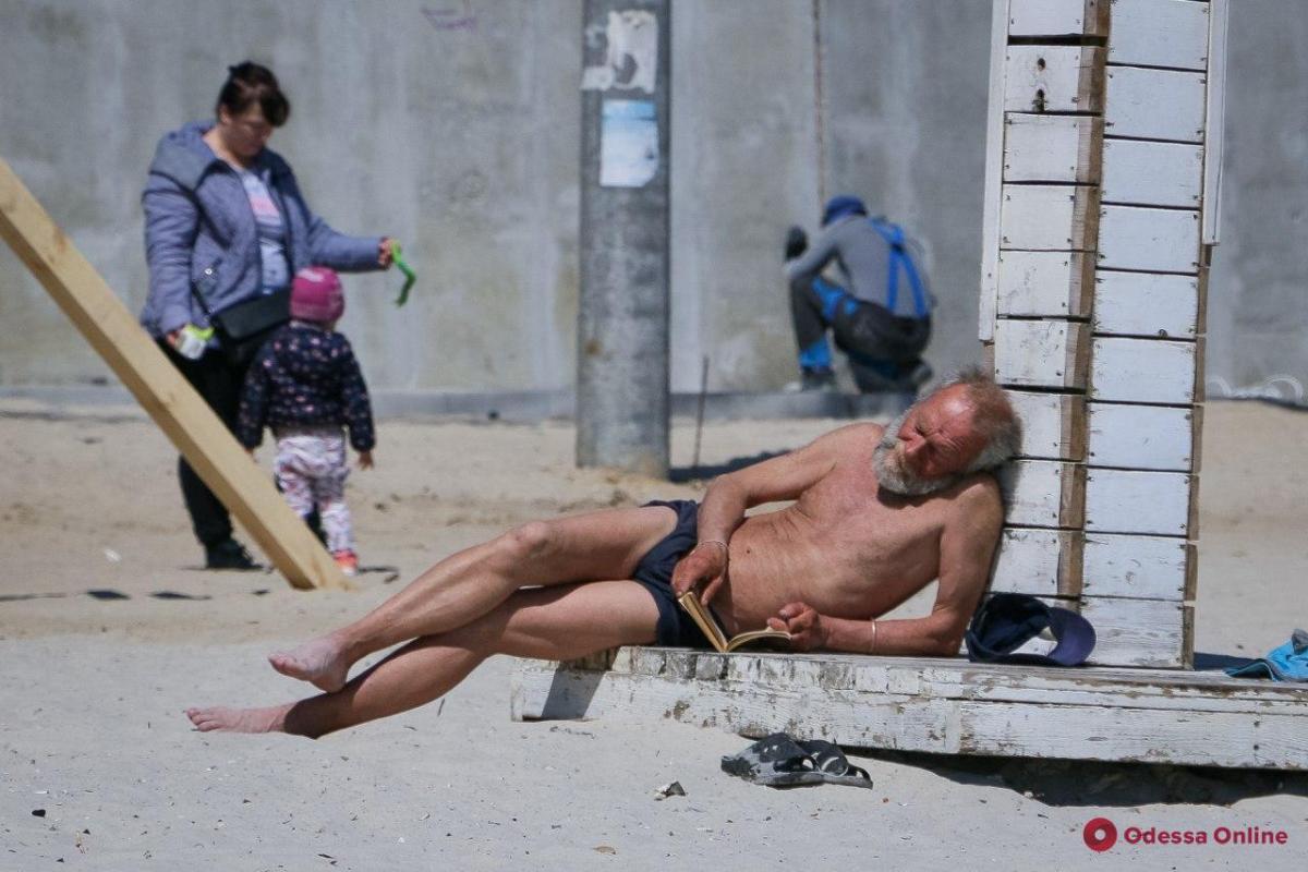 Кто-то купался, а кто-то просто загорал на пляже / фото: Odessa Online