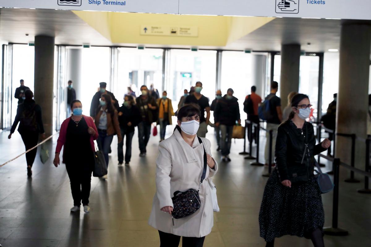 Пандемия коронавируса продолжается / REUTERS
