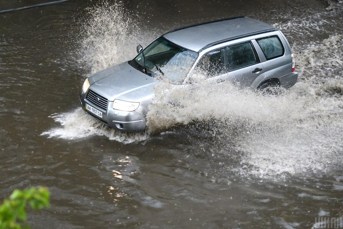 Иллюстрация: затопленные улицы / Фото: УНИАН