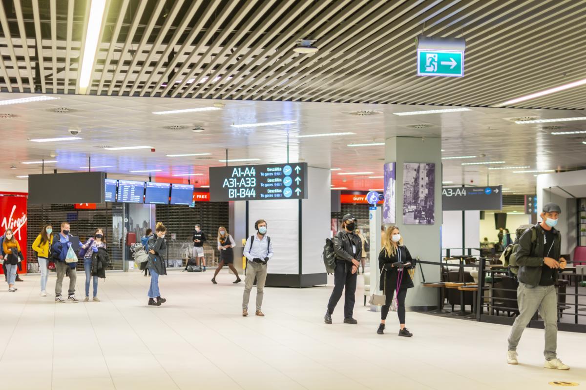 """Правильное расстояние между пассажирами поддерживается с помощью наклеек на полу / фото: аэропорт""""Будапешт"""""""