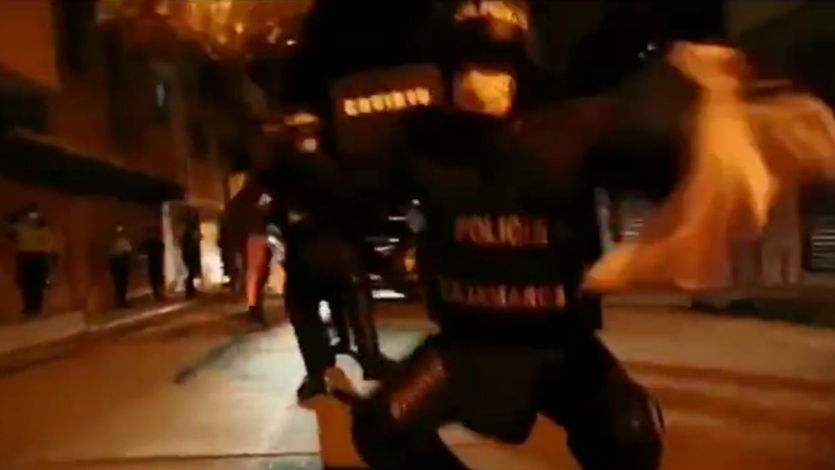 Полицейские исполнили танец с гробом / скриншот