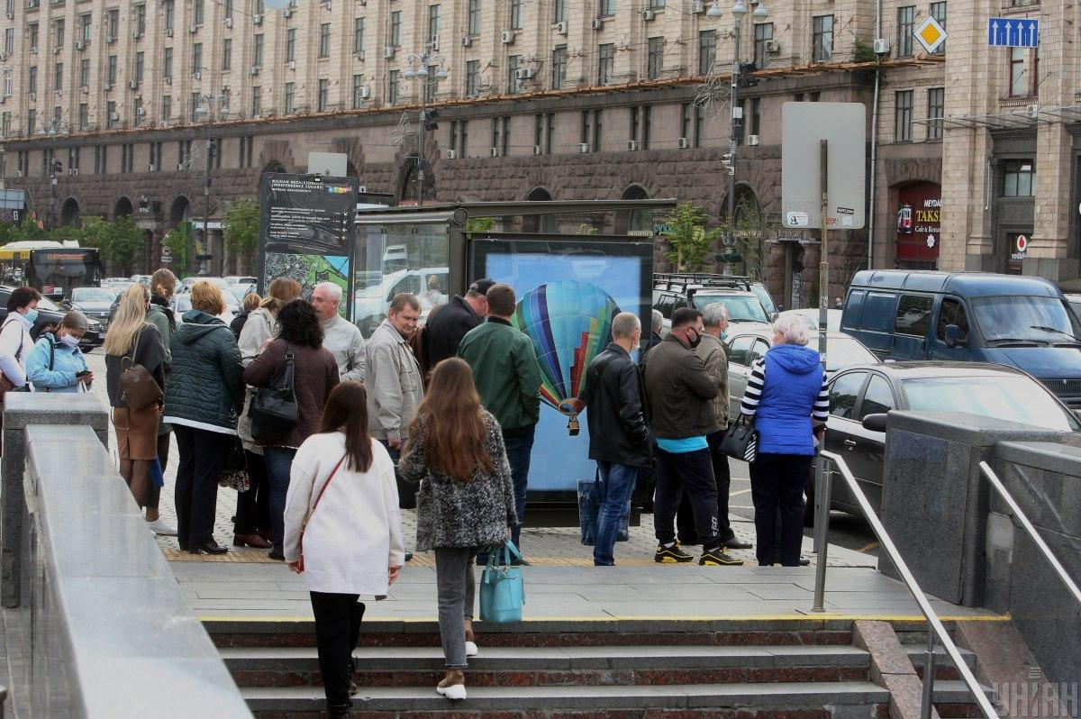 """Киевлянам начали продавать кофе иеду, но """"на вынос"""" / фото УНИАН"""