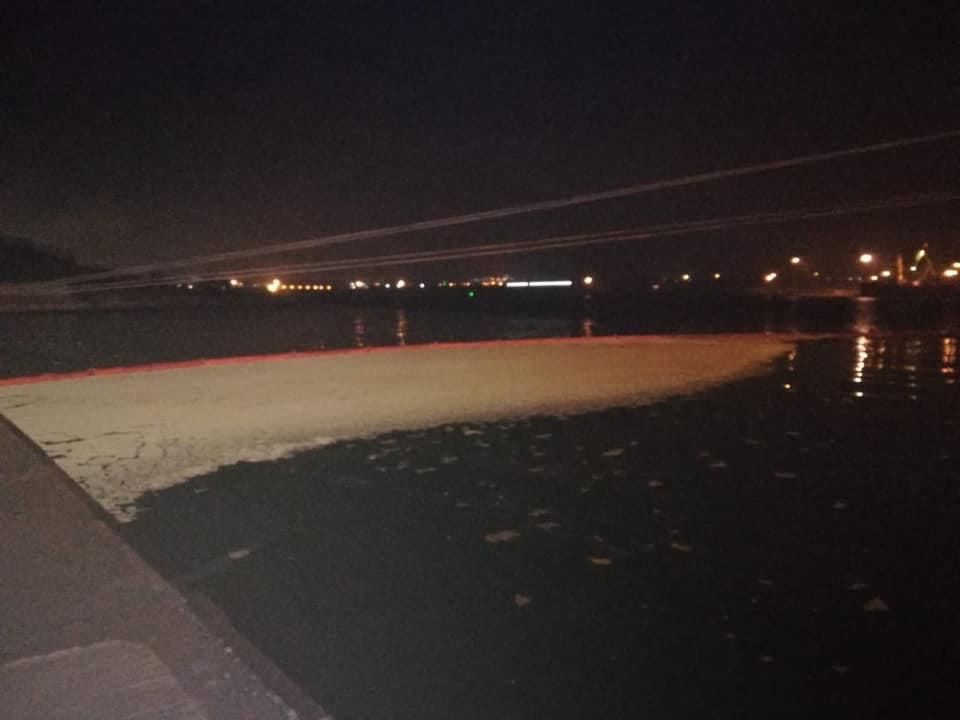 В порту продолжаются работы по ликвидации последствий разлива / Фото: facebook.com/egor.firsov