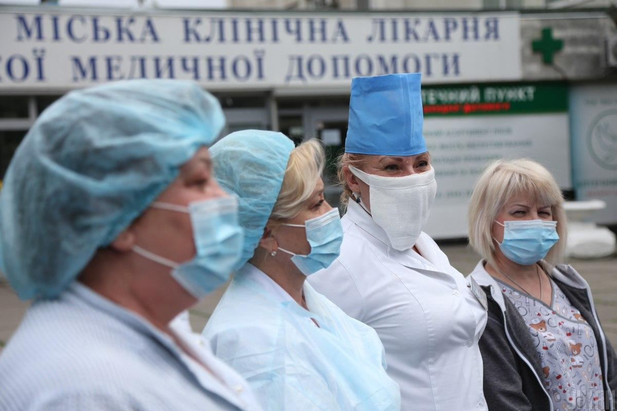 Медики получат надбавки к зарплатам за лечение больных COVID-19, сообщили в Зеленского / фото УНИАН