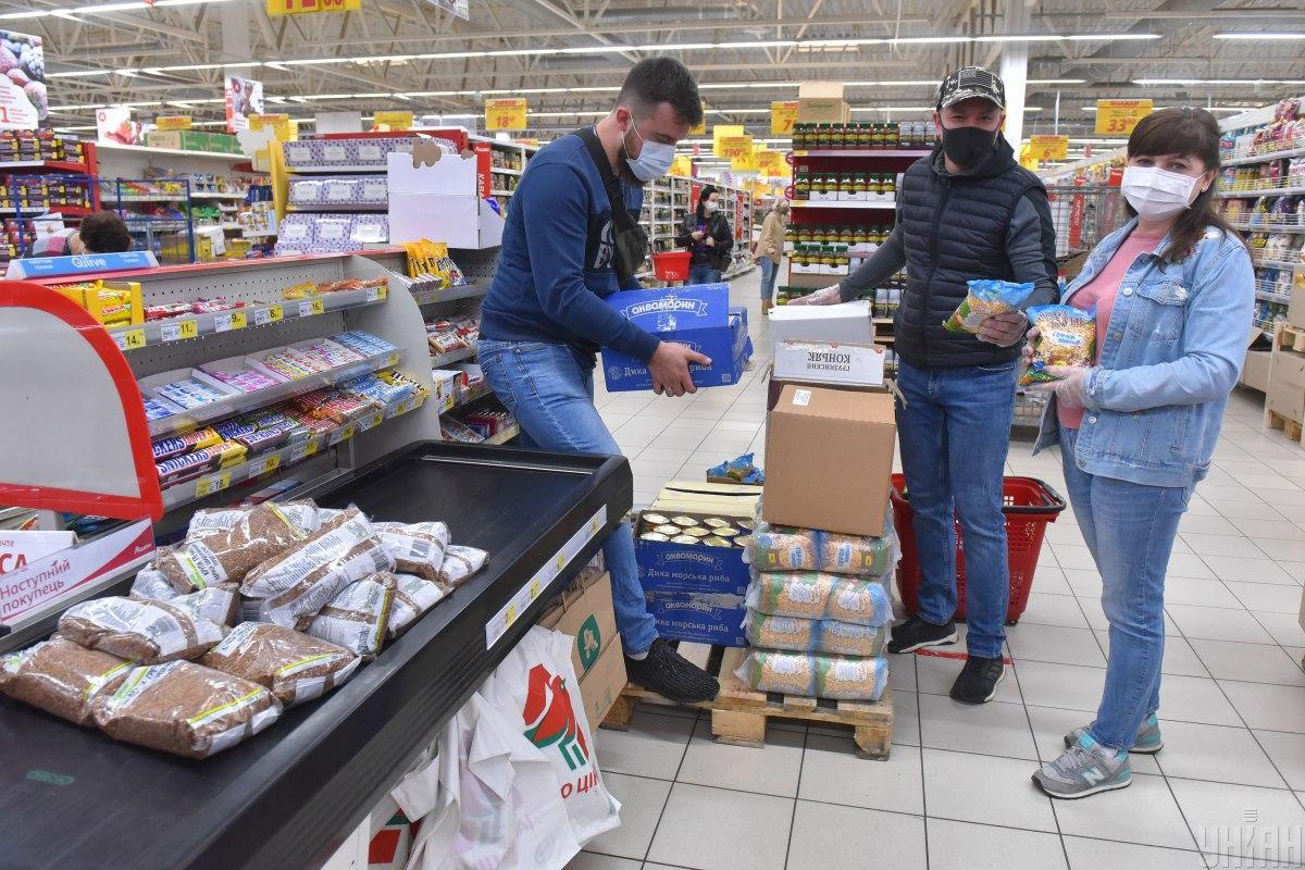 Волонтеры закупили 200 продуктовых наборов для нуждающихся / Фото: УНИАН