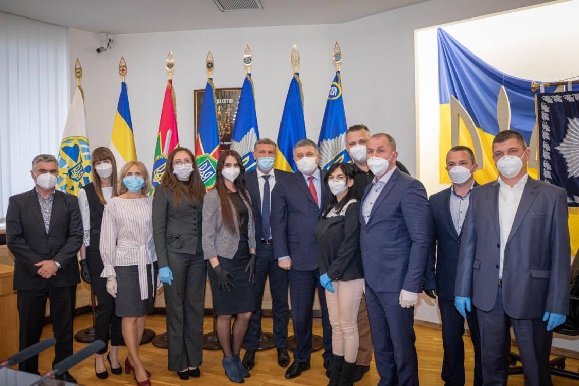 Медработников наградили наручными часами и премиями / фото mvs.gov.ua