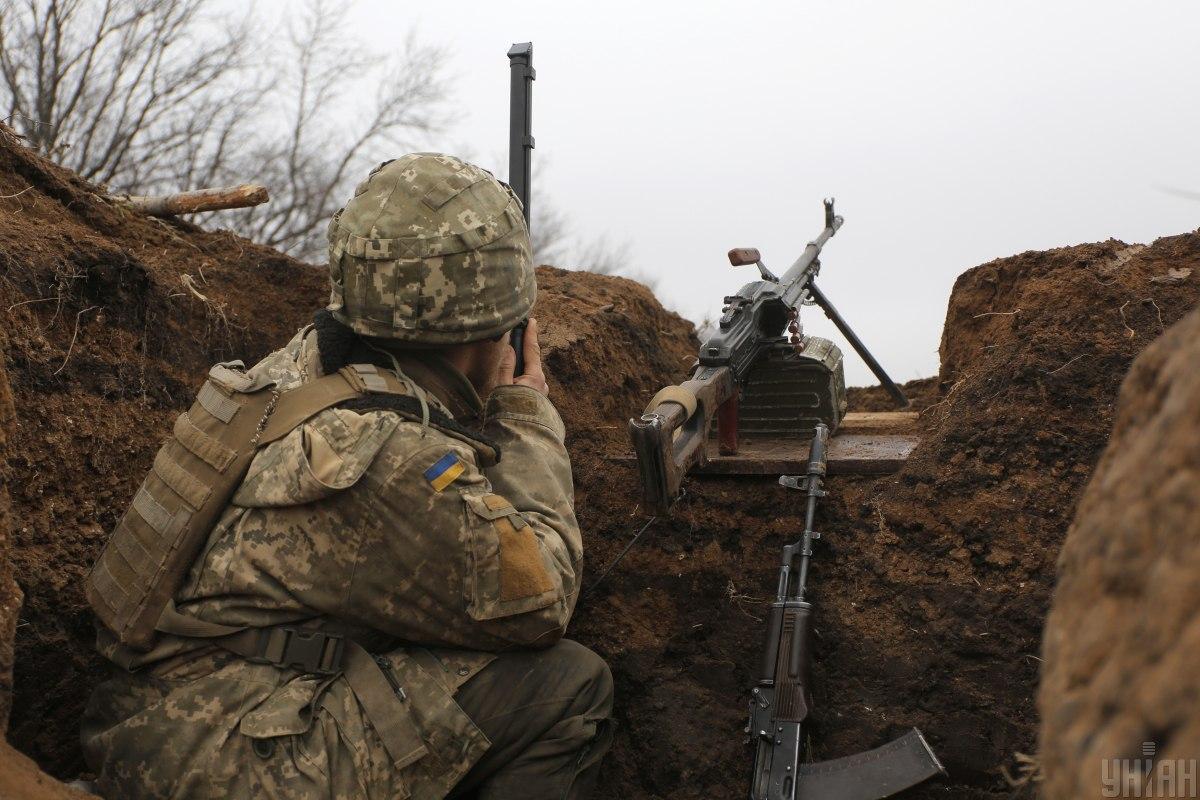На обстріли противника українські воїни давали вогонь у відповідь/ фото УНІАН