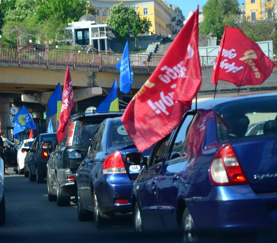 В колоне из нескольких десятков транспортных средств было много с обозначением «такси» / Фото: Обериг