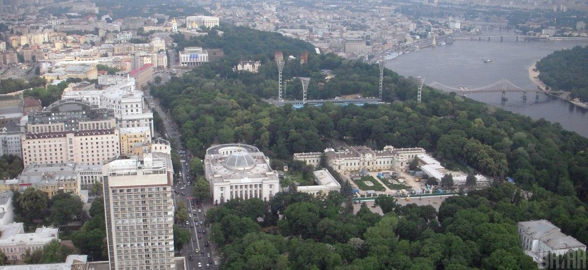 Міський сад знаходиться за будівлями Верховної Ради і Маріїнського палацу / фото УНІАН