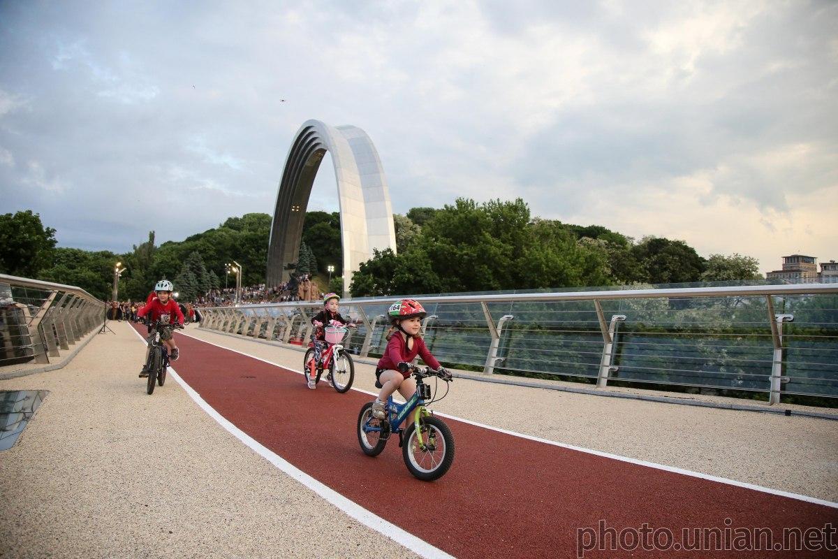 Новий міст з'єднав Хрещатий парк і Володимирську гірку / фото УНІАН