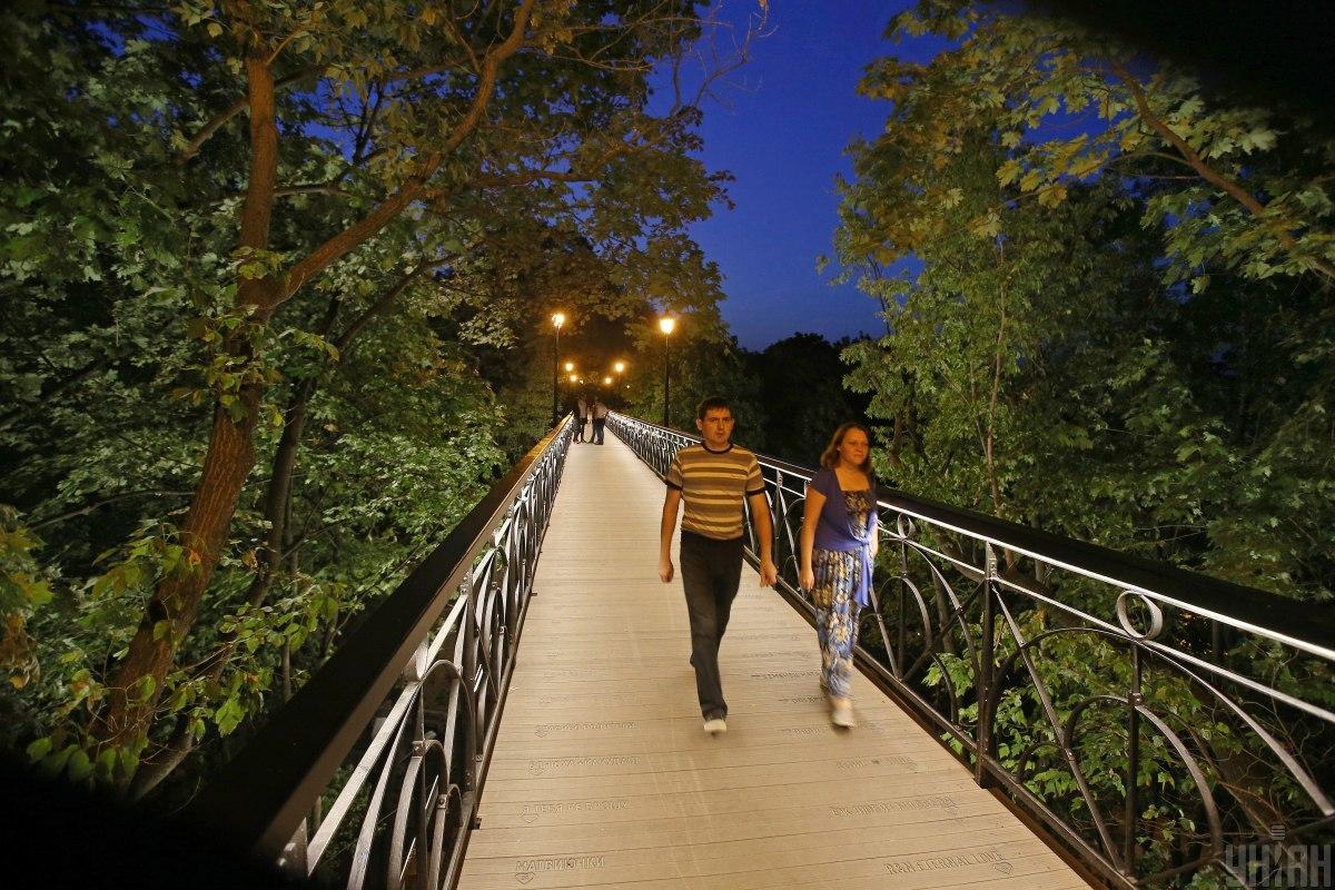 Парковий міст через Петрівську алею / фото УНІАН