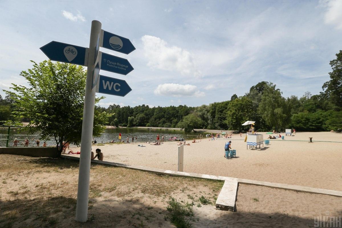 В Пуща-Водиці на озері є пляж / фото УНІАН