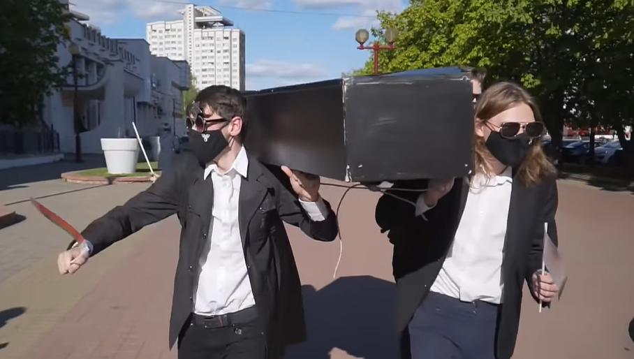 У Білорусі активісти танцювали з труною / скріншот з відео - Радые Свабода