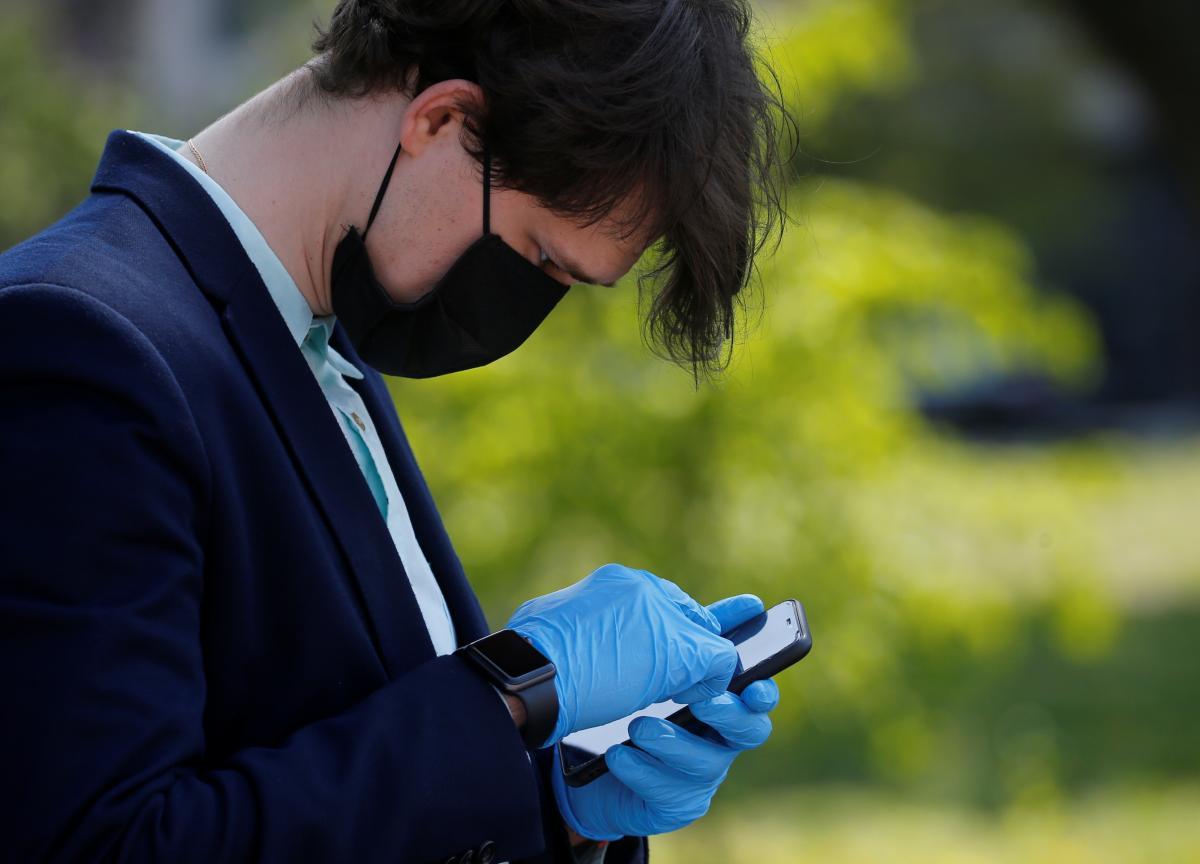 Коронавірус новини - створять рейтинг шкідливих блогерів, які заперечують COVID-19/ REUTERS