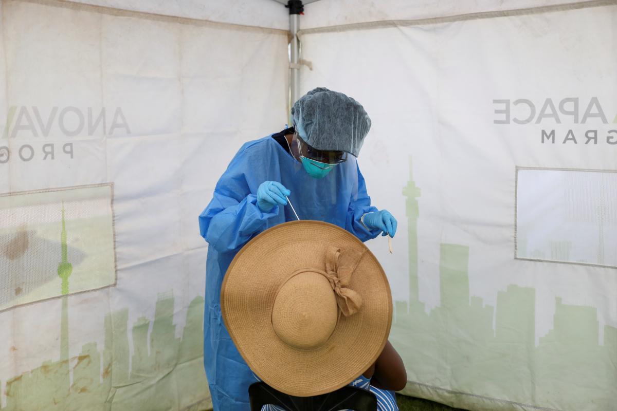 Коронавирус вредит миллионам людей опосредованно / REUTERS
