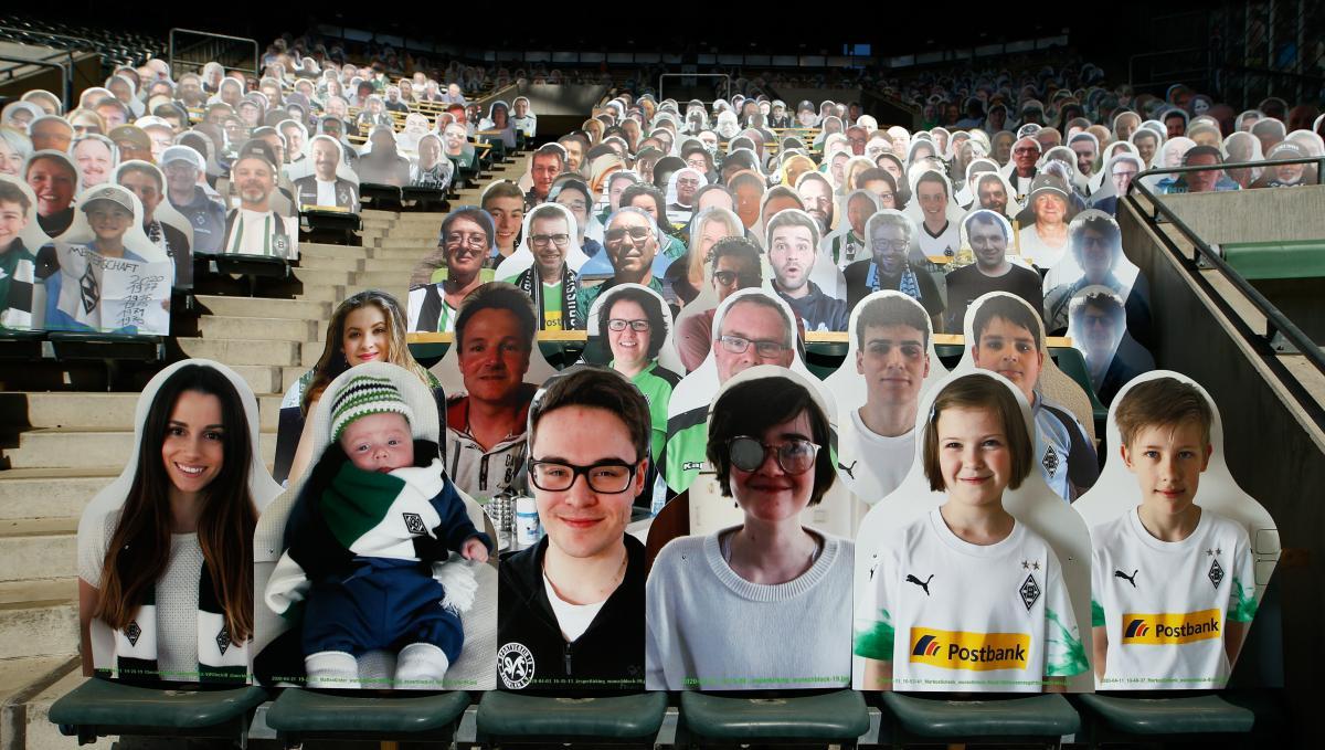Немецкий клуб продал места на стадионе под картонные фигуры фанатов / REUTERS
