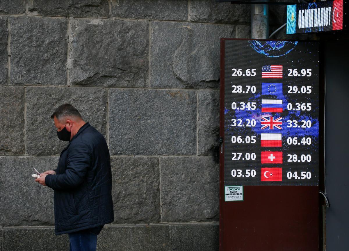 Гривня немного укрепилась к доллару, но ослабла к евро / REUTERS