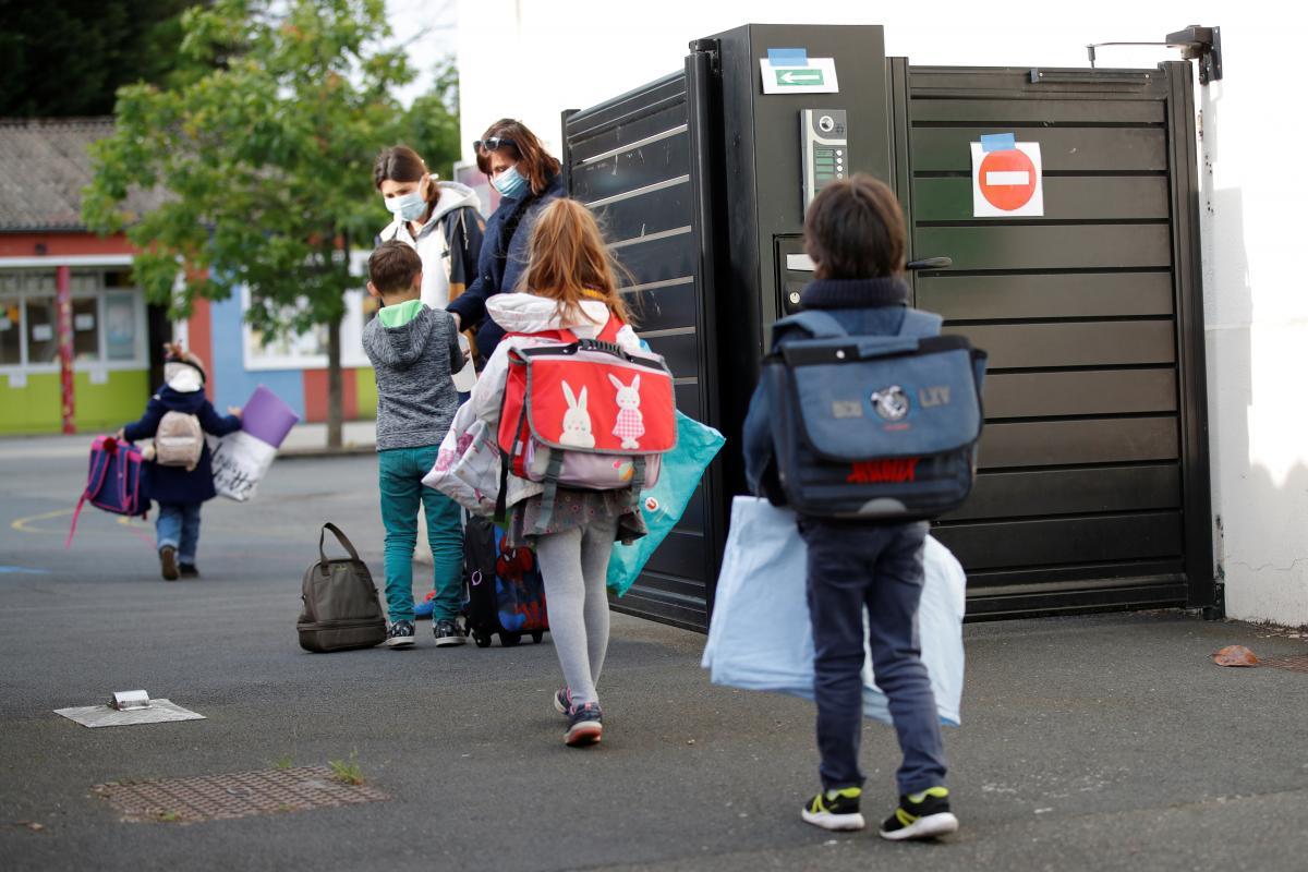 У учеников начальной школы реже появляются симптомы после заражениякоронавирусом / REUTERS