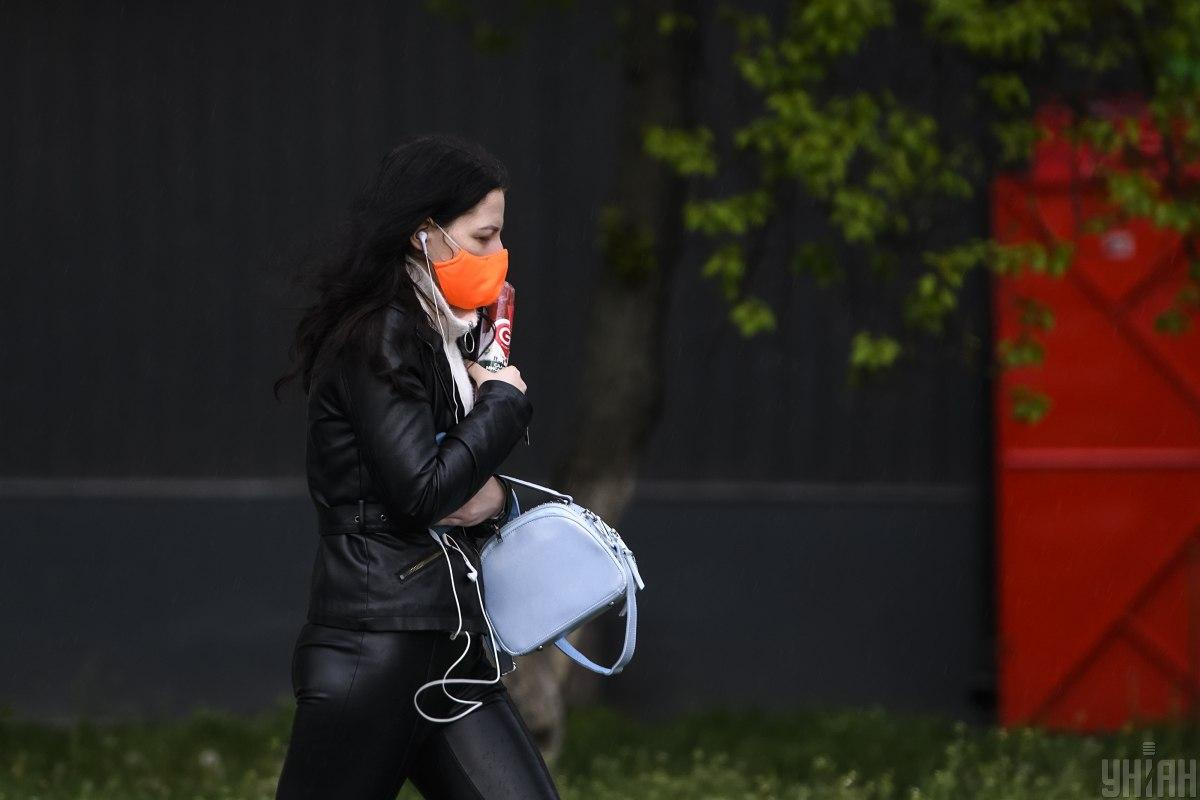 Опять-таки, не оставлять маски на поверхностях, не засовывать в карман / УНИАН