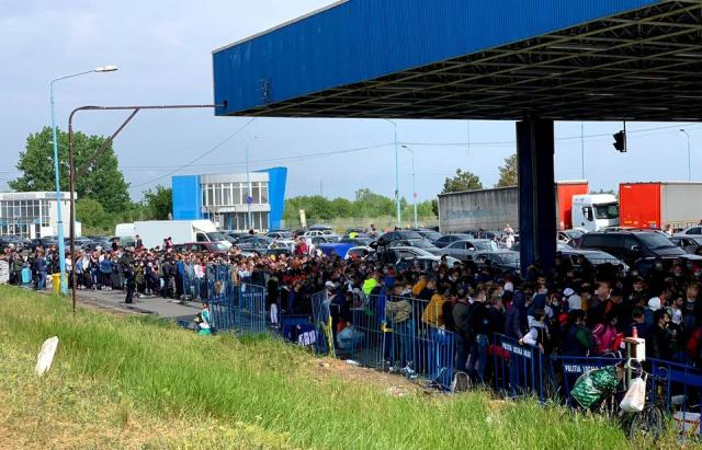 Бесконечные очереди на границах с Румынией / фото: Mukachevo.net