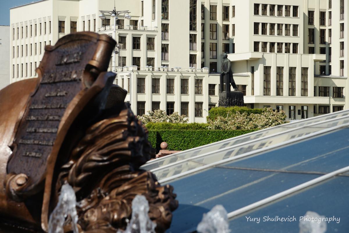Будинок уряду і пам'ятник Леніну / фото Yury Shulhevich