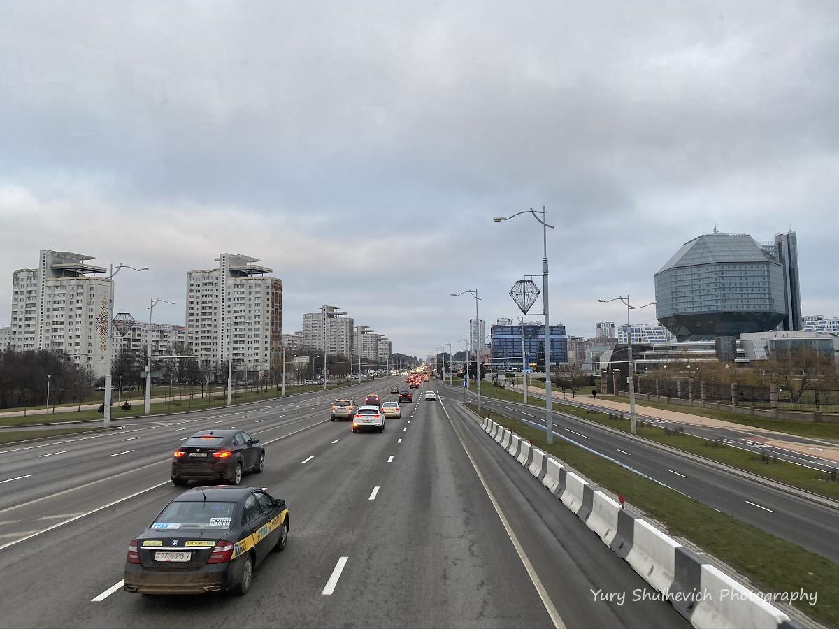 З правого боку Національна бібліотека Білорусі / фото Yury Shulhevich