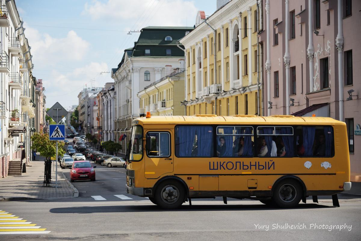 Шкільний автобус у середмісті Мінська / фото Yury Shulhevich